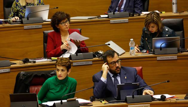foto de La presidenta María Chivite y el consejero de Interior, Javier Remírez, en el pleno que el Parlamento celebró el pasado jueves.