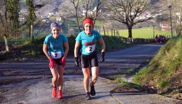 Irene Matxiarena y Mari Carmen Urtxegi, en plena rampa.