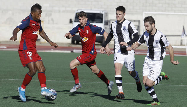 Estupiñán controla el balón ante la mirada de Marc Cardona y dos jugadores del Haro Deportivo.