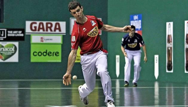 Julen Martija golpea a una pelota durante el partido de ayer en el frontón Labrit. El de Etxeberri fue el mejor de los cuatro.