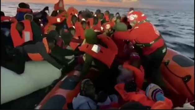 El Open Arms rescata a 120 personas a punto de ahogarse en dos barcazas de goma