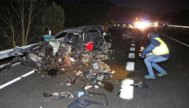 foto de UNA COLISIÓN CON CINCO VEHÍCULOS IMPLICADOS. El accidente, que se saldó con dos fallecidos y cinco heridos leves, dejó 'repartidos' los vehículos implicados a lo largo de decenas de metros en la recta de la conocida como variante de Olagüe. En primer plano, el BMW en el que viajaban las dos víctimas mortales.