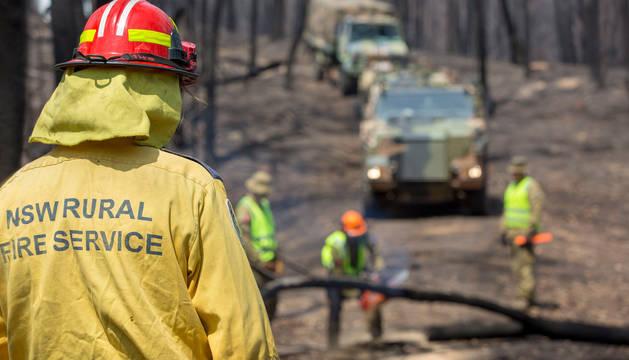Un bombero trabaja en las labores de extinción de los incendios de Australia