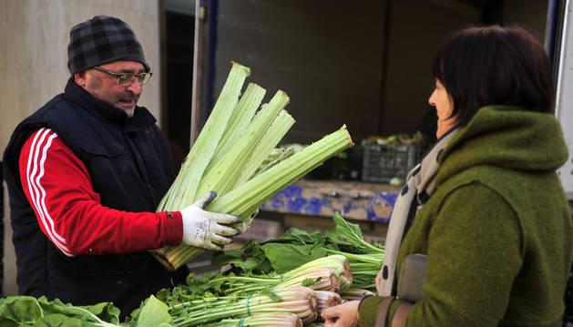 Foto de un hombre vendiendo cardo.