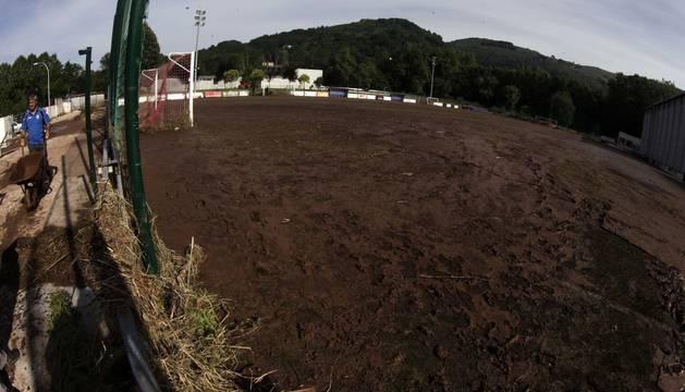 Estado en el que quedó el terreno de juego de Giltxaurdi tras las inundaciones de julio de 2014.