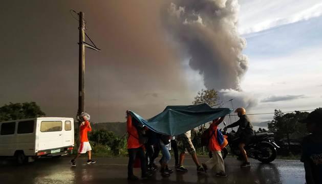 El volcán Taal de Filipinas comienza a escupir fuentes de lava ante una