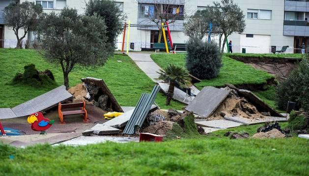 Un parque infantil con pista deportiva se ha hundido sobre el aparcamiento subterráneo de una urbanizaciónde Santander,
