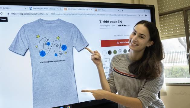 Catalina Puebla muestra la camiseta oficial del Día Europeo de las Lenguas de 2020 con su dibujo.