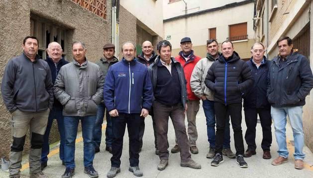 Foto de agricultores de los regadíos de Andosilla y de San Adrián en el exterior de la antigua Cámara Agraria andolense, donde se reunieron el lunes.