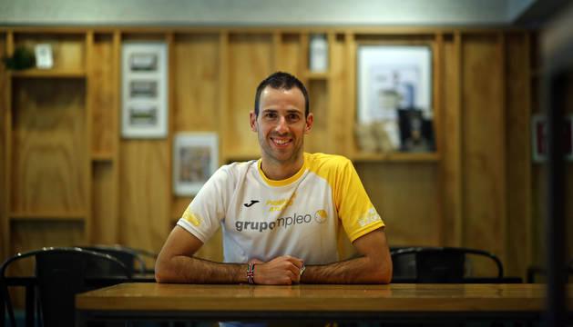 Javier Nagore sonríe en la cafetería Coffing de Pamplona, muy cerca de Larrabide, donde acude a entrenar a diario.