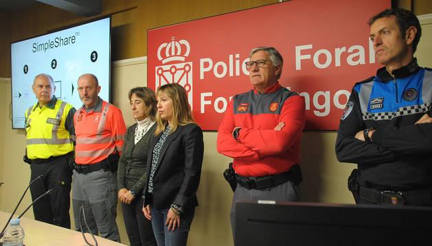 foto de La directora general de Interior, Amparo López -entre la directora provincial de Tráfico, Belén Santamaría, y el jefe de la Policía Foral, Juan Carlos Zapico, junto a representantes de otros cuerpos policiales