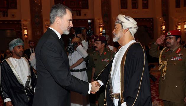 foto de El rey Felipe VI es recibido por el Sultán de Omán Haitham bin Tariq Al Said a su llegada al país