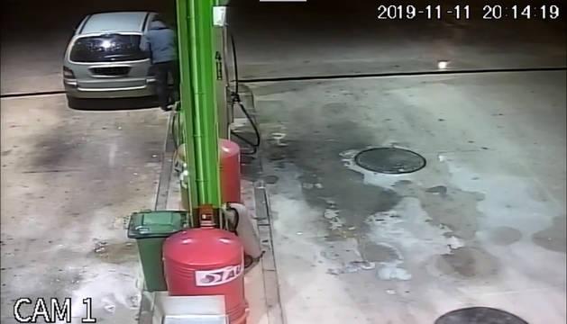 Imagen del ladrón repostando en una estación de servicio.