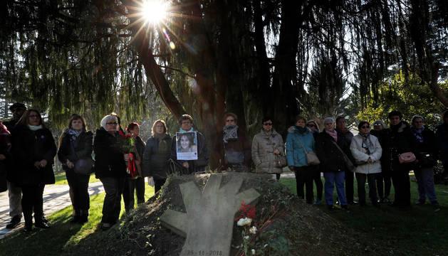Familiares, amigos, representantes municipales y del colectivo de mujeres de Burlada durante su participación este martes en el acto de recuerdo a Blanca Esther Marqués.