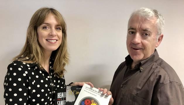 María Oset, directora de Ediciones Eunate, en el momento de la entrega del lote de libros al suscriptor de Diario de Navarra Alberto Garayoa.