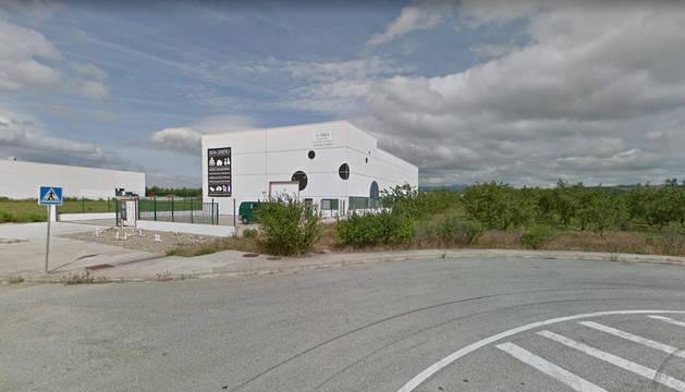 Exterior de la empresa de Los Arcos donde se produjo el accidente.