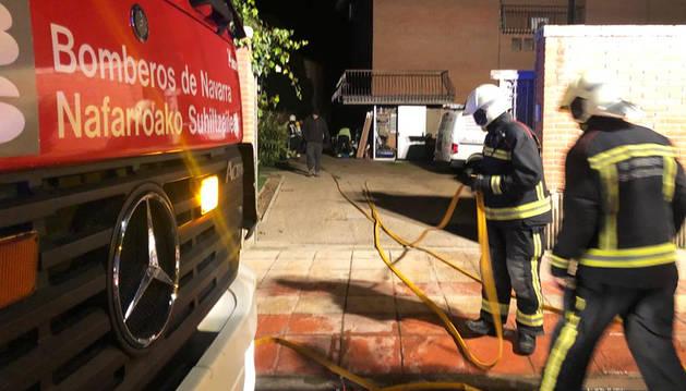 Los bomberos atienden el incendio.