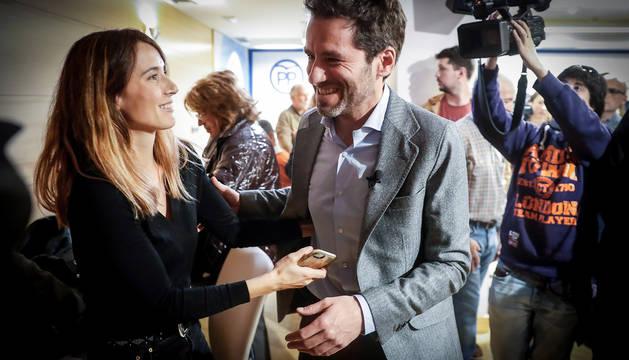 El presidente del PP de Guipúzcoa, Borja Sémper, junto a su mujer, Bárbara Goenaga, tras anunciar este martes que abandona todos los cargos políticos y orgánicos que desempeña en ese partido.