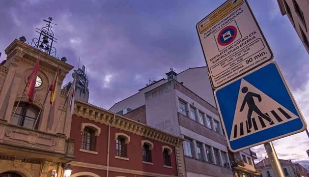 Foto del Ayuntamiento de Estella, con una imagen de señalización en bilingüe.