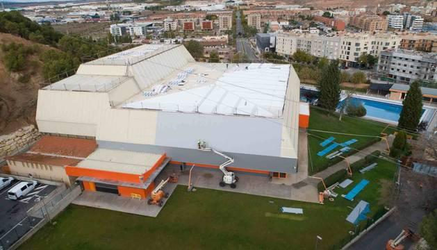 Foto de las obras que se han llevado a cabo en la cubierta del polideportivo de Tudela.
