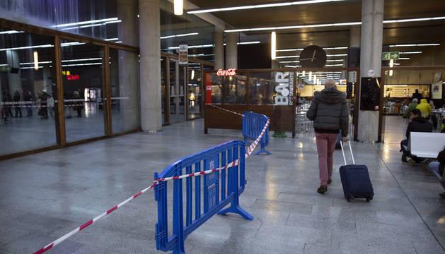 Foto del aspecto con goteras que presentaba estos días la estación de autobuses de Pamplona