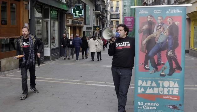 Foto de Alberto López y Alfonso Sánchez, en la promoción de la película 'Para toda la muerte' en Pamplona.