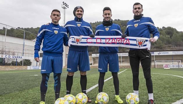 Los nuevos fichajes del Izarra para la segunda vuelta, de izquierda a derecha, Javi Gómez, Yoel Sola, Óscar Arroyo y Markel Areitio, este miércoles, en Merkatondoa, antes del entrenamiento.