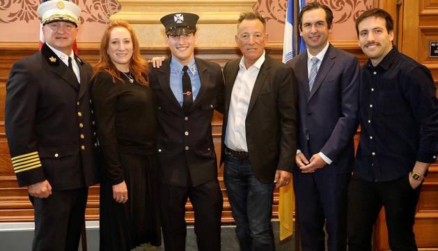 foto de Bruce Springsteen posa junto a su esposa Patti Scialfa e hijos, tras la graduación de su hijo menor Sam como bombero
