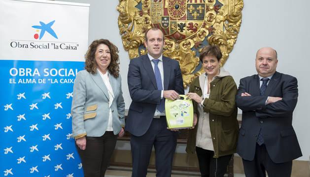 Pablo Andoño, Director Comercial de Banca Retail de la DT Ebro de CaixaBank entrega los desfibriladores a la Concejala Ana Elizalde junto a la concejala Carmen Alba y el gerente de la Asociación de Hostelería, Nacho Calvo.