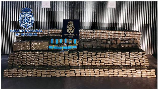 foto de Los agentes han intervenido 4.073 kilos de hachís que estaban almacenados en una nave industrial en Alicante