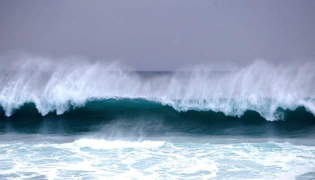 Foto de las olas rompen contra la costa de A Coruña.