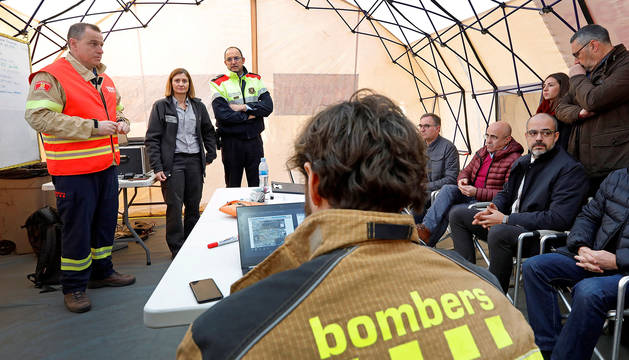 El conseller Miquel Buch (d) y Albert Ventosa, coordinador y responsable del dispositivo de bomberos (i) atienden a los medios de comunicación en el centro de coordinación avanzado desde donde ha informado de la evolución de los trabajos que se realizan en la petroquímica de Tarragona.