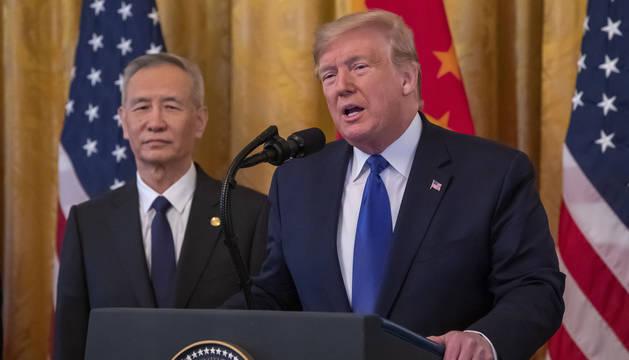 Foto de Donald Trump y Liu He, viceprimer ministro chino.
