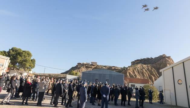 Asistentes a la celebración de la Virgen de Loreto del año pasado en el acuartelamiento de Bardenas ven pasar tres aviones.