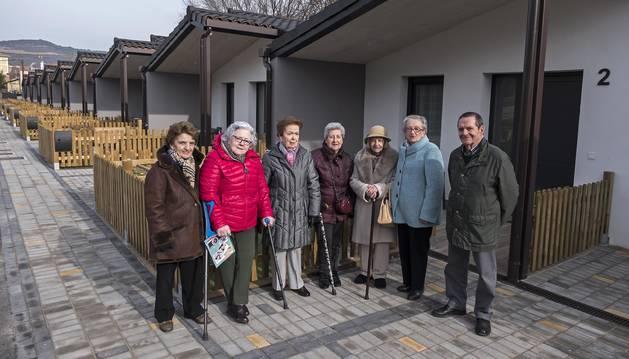Algunos de los primeros usuarios del servicio, en el exterior de las viviendas Jerónima Uriarte en Estella.