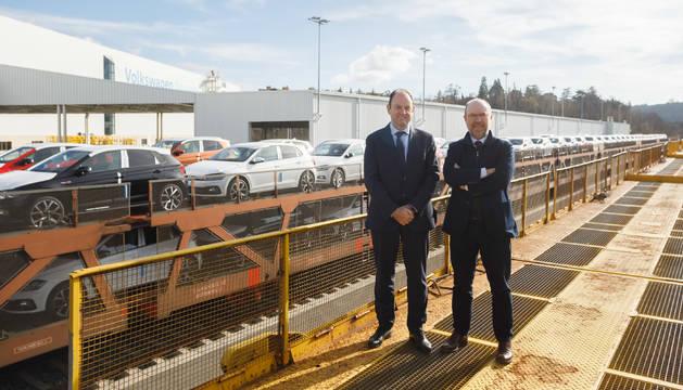 FOTO DE Alfonso Eslava, director de Logística y Pablo Mendívil, gerente de Programación y Control de la Producción y Distribución de Volkswagen Navarra