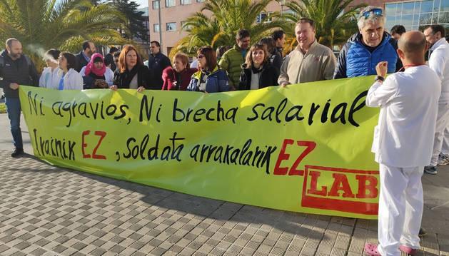 Foto de la concentración de LAB frente al centro de consultas Príncipe de Viana.