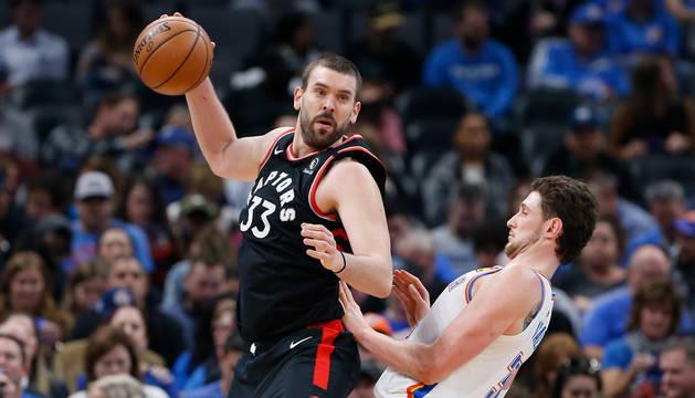 foto de Marc Gasol defiende un balón en un partido de los Toronto Raptors