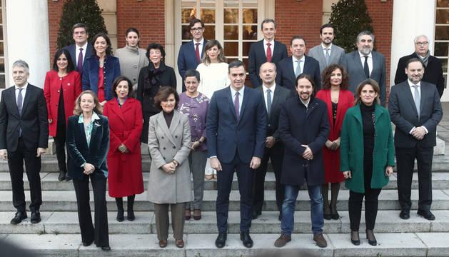 Foto de familia del presidente, los cuatro vicepresidentes y de los 18 ministros que componen el Gobierno de coalición del PSOE y Unidas Podemos.