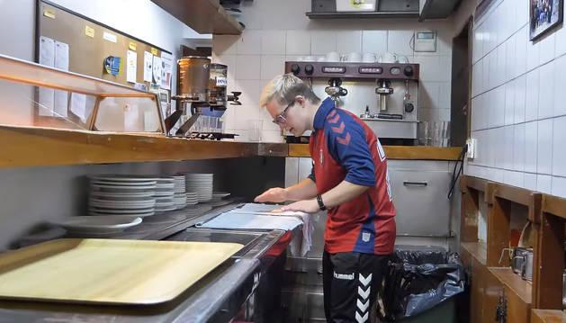 El jugador de Osasuna Genuine, Ibai Ganuza, en un momento del vídeo anunciando la campaña solidaria.