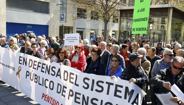 Foto de una concentración de pensionistas en marzo de 2019 por las calles de Pamplona.