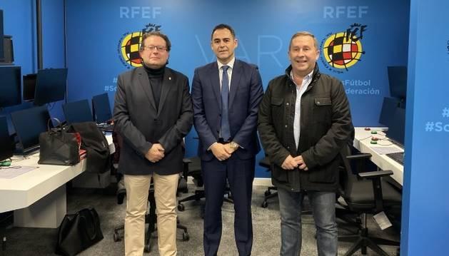 Miguel Cuesta, Carlos Velasco Carballo y Rafa del Amo, este jueves en la Federacíón Española de Fútbol.