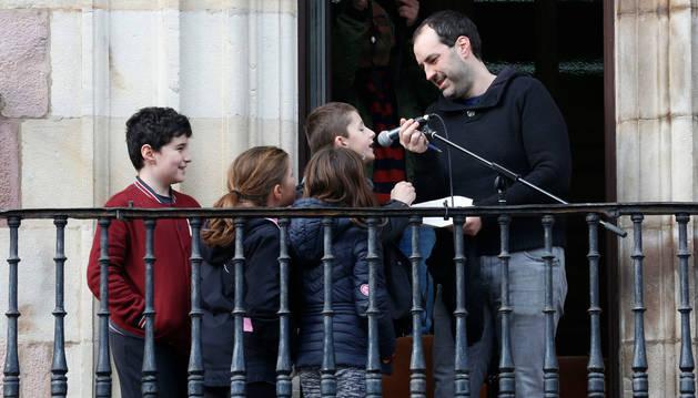 Foto del teniente de alcalde, Xabi Maia, junto a los cuatro niños de Baztan Ikastola en el balcón del ayuntamiento.