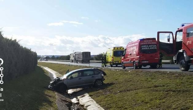 foto de Estado en el que ha quedado el coche tras salirse de la vía y volcar en la AP-15 en Tafalla