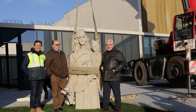 Luis Ojea, director de obra; Ángel Miranda, director de la obra salesiana, y Jorge Lanchas, director general del colegio, junto a la escultura.