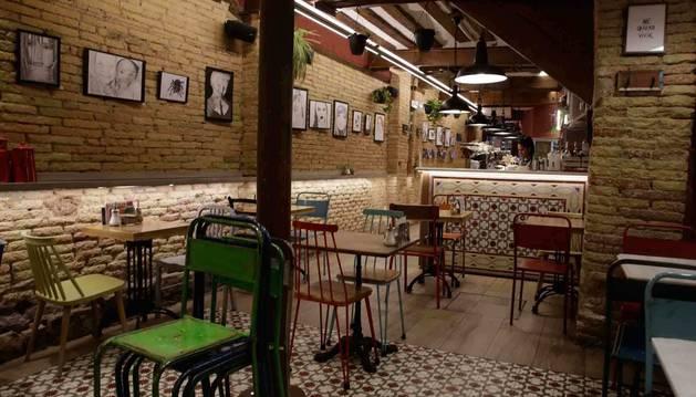Mesas y sillas en el interior del Café Fika, en la calle Pozoblanco del Casco Antiguo de Pamplona.
