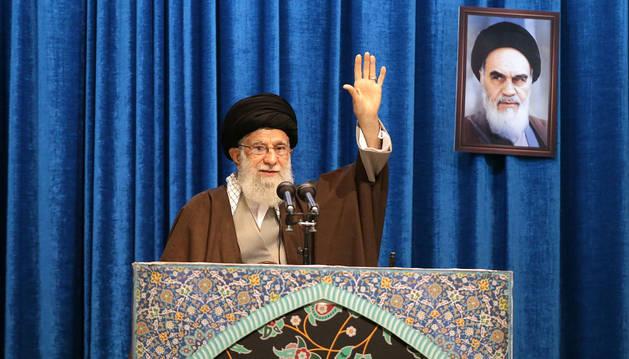 foto de El líder supremo de Irán, Alí Jamenei, en el sermón del viernes