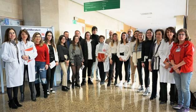 foto de Grupo de alumnos del IES Valle del Ebro junto al personal sanitario del Hospital Reina Sofía.
