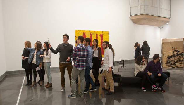 foto de Visitantes en la sala Tàpies del Museo Universidad de Navarra