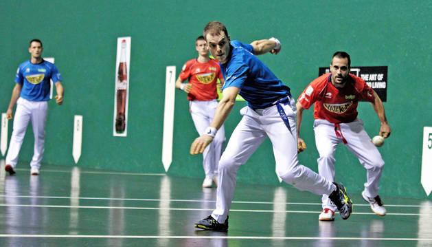 Laso le imprime velocidad al pelotazo ante la mirada de Oinatz Bengoetxea, con Mariezkurrena y Albisu en la zaga.